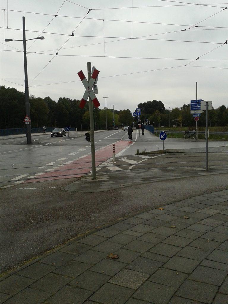 Mit einem letzten Kraftakt überquert die Westendstraße die Autobahn, bevor sie sich in den Westpark ergießt